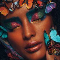 girl-with-butterflies-kleur-vierkant
