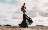 woman-beach-kleur-liggend