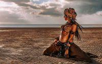 Desert woman boho liggend